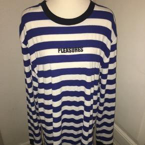 Blå og hvid stribet strik/sweater fra pleasures. Størrelse xl. Har selv brugt den som kjole. Ved køb af flere ting kan der opnås mængderabat