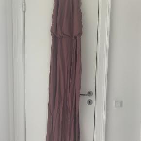 Kjolen er kun brugt én gang. Har den flotteste åbne ryg.