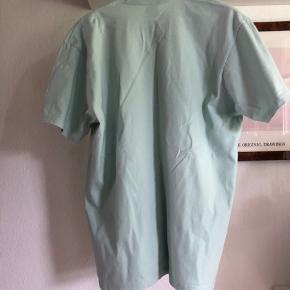 Super fed t-shirt fra ss2020 kollektionen.   Jeg har aldrig gået med den, dog er den blevet vasket 1 gang for at se om den ville passe mig bedre (gjorde den ikke).  Meetup kan ske på min adresse, ellers kan den sende på købers regning, god dag:).