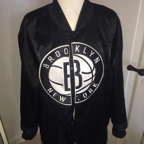 Oversize bomber jakke i sort fra Adidas, størrelsen er en xl. Ved køb af flere ting kan der opnås mængderabat