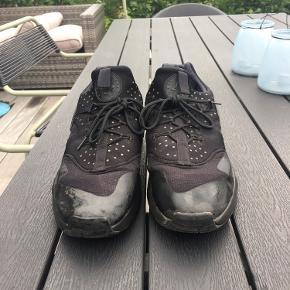 Eneste der er, er at der mangler en sål. Man kan dog ikke mærke det, da de er meget behagelige  Og super fede sko der går til alt