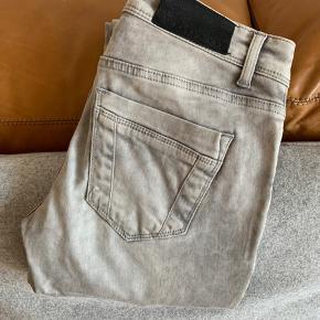 Fede jeans med rå detaljer - str small