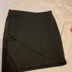 Super behagelig nederdel, dog for kort til mig, aldrig brugt og stadig med mærke i 🌸