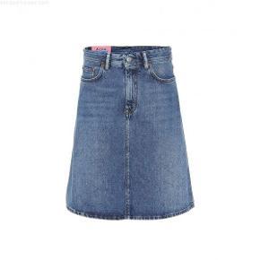Denim nederdel fra Acne Studios. Str 27 - kan passes af s/m. Brugt 2 gange - som ny. Bytter ikke.
