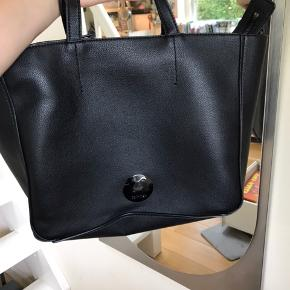 """Det er en virkelig lækker Calvin Klein læder taske dog er der komme lidt ridser på der lille metal mærke hvor der står """"Calvin Klein""""   Oprindelig pris 900kr BYD bare:))"""