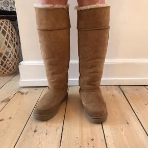 """2aca613971a Høje bamsestøvler fra mærket """"mi woollies new zealand"""" i skind og med uld  for"""