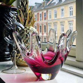 Mmmmh 🤤😍🎀🌺✨ Et styk lækker krystalskål i den fedeste dybe pink, der fader ud i helt klar. Og lige med en elegant hvid stribe, der indkredser hele herligheden 💥💖 Kr. 350.- H14 Ø19 cm. #vintage #krystal #skål #farvetglas