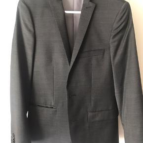 Helt nyt jakkesæt fra Matinique. Sættet er brugt 1 gang. Jakken er str 44 og bukserne er str. 40. Min bror er 190 cm på billedet :) Byd