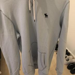Baby blå abercrombie og fitch hoodie  str. S, fitter 178. ca.