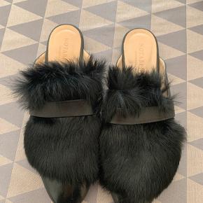 Skoene er brugt et par gange og eneste brugstegn er en smule under sålen som også er minimalt.  Det ses stadig at papiret fra prismærket ikke er slidt helt af.  Nypris 2195  Sælges for 900