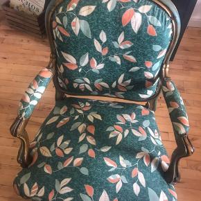 Jeg sælger to ens nyrokoko stole. Det er 350 pr styk. Der er ingen huller, men træet er slidt, da de er fra ca. 1880, de er dog blevet ompolstret siden :) Flotte udskæringer i træet. De blev købt på Lauritz, hvor de blev vurderet til 1000 kr.  Byd gerne   For flere billeder: https://m.lauritz.com/da/auktion/par-armstole-nyrokoko-1880-2-denne-vare-er-sat-til-oms/i5099823/