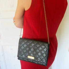 Sælger denne eksklusive skind taske for veninde. Næsten ikke brugt, (sælges da hun har fået den af x-mand) Sort skind og guldkæde.  MÅL: 23x18. Hun vil gerne ha 3000kr i hånden for den. så 3000pp + gebyr Kan evt afhentes i Hellerup. NP 10000kr