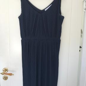 """Dyb mærkeblå kjole i """"tungt"""" materiale, med virkeligt fine effekter, der fremhæver talje og barm."""