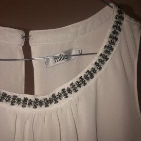 Sød hvid festbluse med små slags perler øverst. Fejler intet. Tjek mine andre annoncer ud!👠