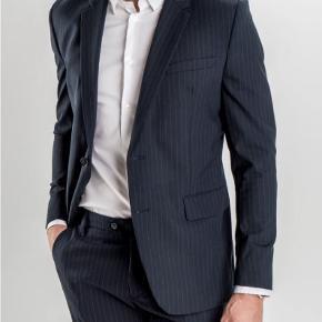 Sælger denne lækre og stilede blazer fra det populære danske brand, Shaping the new tomorrow. Aldrig brugt og med prismærke. Kostede 1800,-  Byd!