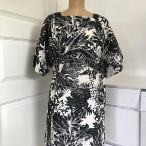 Skøn kjole fra See By Chloe. Str 38, kan også passe 36.  Fine detaljer som lille slids i ærme, lommer i siden af kjolen.  Går typisk til eller lige over knæ.  Aldrig brugt. Nypris 2200.-
