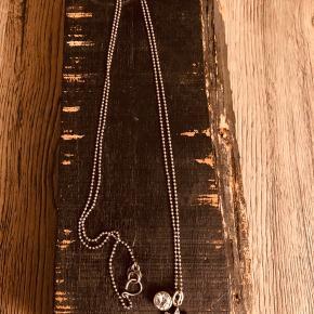 Julie Sandlau kæde med to vedhæng med zirconer.  Smykket er lettere oxyderet.  Kuglekæde 80 cm Se foto