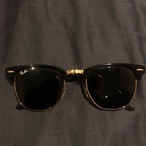 Et par lækre og klassiske Ray Ban Clubman solbriller, som ingen ridser har. Der medfølger både original etui og pudseklud. Solbrillerne er købt i synoptik, kvitteringen haves dog ikke længere.