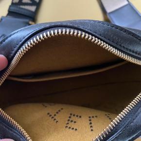 Flot taske jeg få den ikke brugt jeg har max brugt den en gang kvittering og pose følgere med der er lidt af syning der er gået lidt op der er taget er billede af det ellers er der ingen andre skader  Byd gerne
