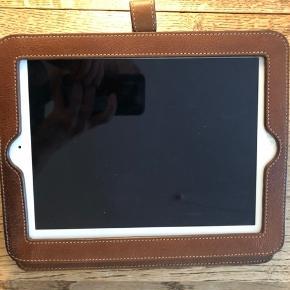 """Mulberry ipad cover i farven """"oak"""" til første generation af iPads (ipad 1) med flot patina.  Se link for størrelse: https://www.net-a-porter.com/us/en/product/162487/mulberry/leather-ipad-case  Købt i Mulberry på Østergade i København. Købspris var 2750 kr.  Kvittering og dustbag haves desværre ikke længere."""