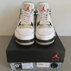 Air Jordan 4 white cement fra 2016. Den klassiske jordan 4 i white cement. De er en størrelse 43 og købt i rezet i 2016 for 1549 kr. De er en stand 8/10. Skriv en besked til mig hvis du vil se flere billeder eller høre mere om stand.