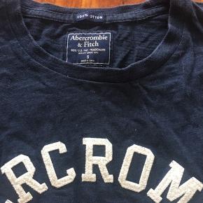T-shirt i blødt materiale. Brugt, men I fin stand.
