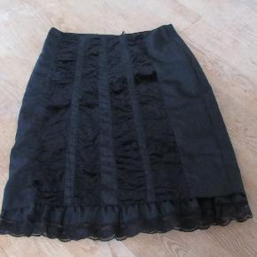 Flot nederdel fra Zhensi str 46. Farven er mørkegrå og der er indvævede striber foran i samme farvenuancer som bundfarven. Kun brugt få gange. Livvidde ca 2x49 cm Hel længde ca 77 cm.  Se også mine flere end 100 andre annoncer med bla dame-herre-børne og fodtøj