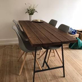 B: 73 Og L: 170 cm Jeg sælger dette plankebord fra hipstory med ben.  Benene sidder løst, så det er nemt at transportere og nemt at skifte ben, hvis man ikke er tilfreds med dem der følger med.  Bordet er ca et år gammelt, men har reglmæssigt fået en omgang olie. Så det er i rigtig god stand.   Der er 5 stole, som kan følge med for 500kr ekstra