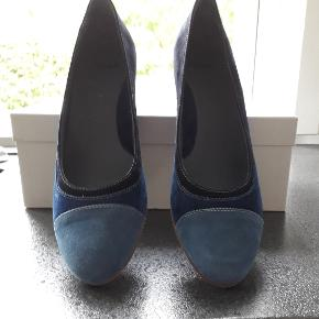 Sioux sko med indbygget kilehæl på 5,5-6 cm Skoen er i 100% læder Længde 24,5 og bredde 8 cm. Bemærk: det svarer til 26 cm, i en alm. 39