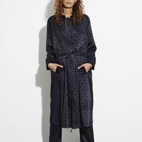 Mads Nørgaard kjole/cardigan. Fejlkøb (aldrig brugt) Str 34 (passer alt mellem xs-m)Np.1600 kr.