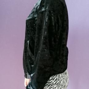 Fin 00´er sort velour trøje med lynlås