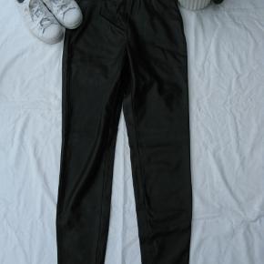 Dejlige leggings i læderlook.  Kun prøvet på.  Elastik i taljen.  Jeg tager desværre ikke billeder med tøjet på.