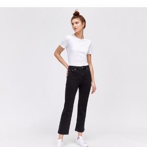 Sælger disse Warehouse kick flare cropped jeans, da jeg ikke længere kan passe dem. De er mørkegrå, næsten sorte i det. De er str. 28, UK 8.