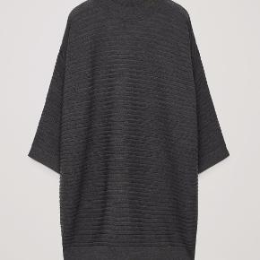 Skøn  strikkjole i 100% blød uld fra COS. Ideel til vinterhalvåret. Den er kun brugt to-tre gange. Nypris 750.
