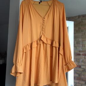 Flot kjole fra vero moda i den fineste orange farve. Den går til midt på låret. Købt for en måned siden, men den er desværre for stor. Det er en str. S, men jeg bruger normalt xs. Kun prøvet på. Flot til sommer 😊