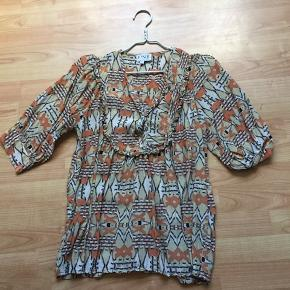 Lækker bluse 👍farver hvid/orange/sort/ beige se bilede ...brugt 3 gange som ny