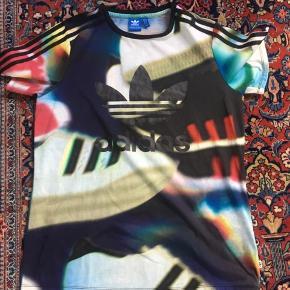 Fin spraglet T-shirt fra Adidas. Brugt meget få gange.