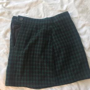 Intet tegn på slid! Mørkegrøn og sort tegnet nederdel ☺️