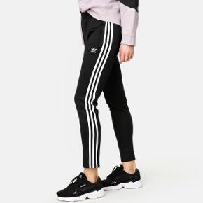 Adidas  Originals Bukser  Afhentes 8000 Aarhus C  Eller sendes med Dao for 38kr.
