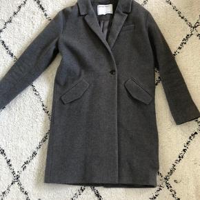 Mega lækker designers remix girls vinterjakke i uld. Størrelse 16 år men den er lidt lille i størrelsen.   BYD gerne :)