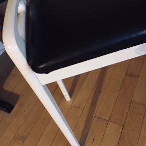 Klaverbænk med hvidt stel og sort sæde. Kunne godt klare en opfriskning af den hvide farve (se sidste billede), men er stabil og fungerer som den skal 👍