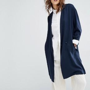 Sælger denne lækre frakke/jakke fra samsøe! Den er aldrig brugt. Den er et løst fit, så en str S kan sagtens hoppe i den!   Er åben for bud 🌸