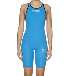 Kom med bud for lavere prisDen blå svømmedragt er fra Arena (købspris: 3.200kr) kun brugt 4 gange - har ingen mærker efter slid   Skriv for flere billeder eller interesse