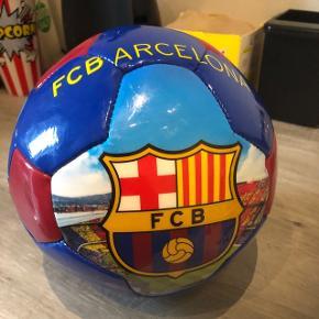 Flot fodboldt fra Barcalona , aldrig spiller med, skal blot have luft. Fra ikke ryger hjem. Materiale er ; blankt læder overtrykket med en smule plast. Flot stand.