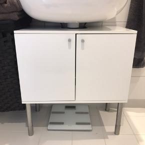 Passer godt til toiletskab, da der er hul til rør fra vasken