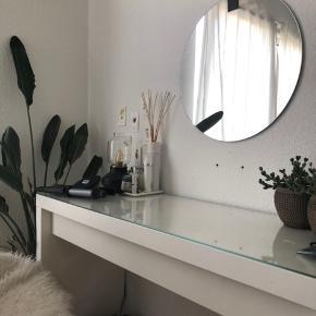 Makeup bord fra ikea, købt for under et år siden og står som nyt:)