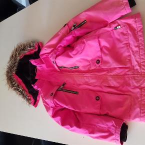 Varetype: vinterjakke Farve: Pink  Varm vinterjakke fra Molo str 10 år.  Er brugt en sæson - er uden huller og pletter eller tegn på slid, men farven er falmet en del steder. Men en skøn billig jakke der fint kan bruges som nr 2. Hætten kan tages af.