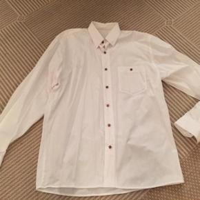 Morgan lækker hvid skjorte med brune knapper. Læg og Morgan monogram i ryggen. Str 39/40.