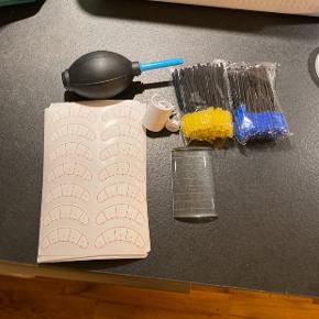 Lille startpakke til at begynde og lave Eyelash Extensions.   Inkluderer: 1 x kurvet glasplade til Extensions rækker. 2 x pakker med engangs spoolies / børster 1 x fingerring til lim 1 x ring til Extensions rækker 1 x Lash Blower 10 x ark med Lash Mapping klistermærker