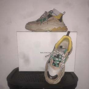 Balenciaga triple s sneakersSå Fine sko  Str 39 Np 6000 Mp 3000 Skoene er 100 p legit, men har dsv ikke kvittering længere dog haves boksen Sender forsikret med dao for 38 kr
